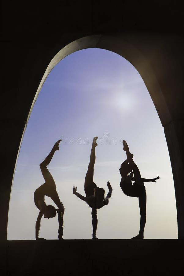 Silhoutte al aire libre de los gimnastas imagenes de archivo