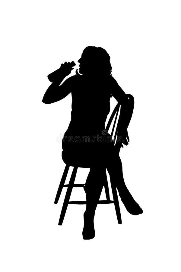 Silhoutte av ett kvinnasammanträde på en stol royaltyfria bilder