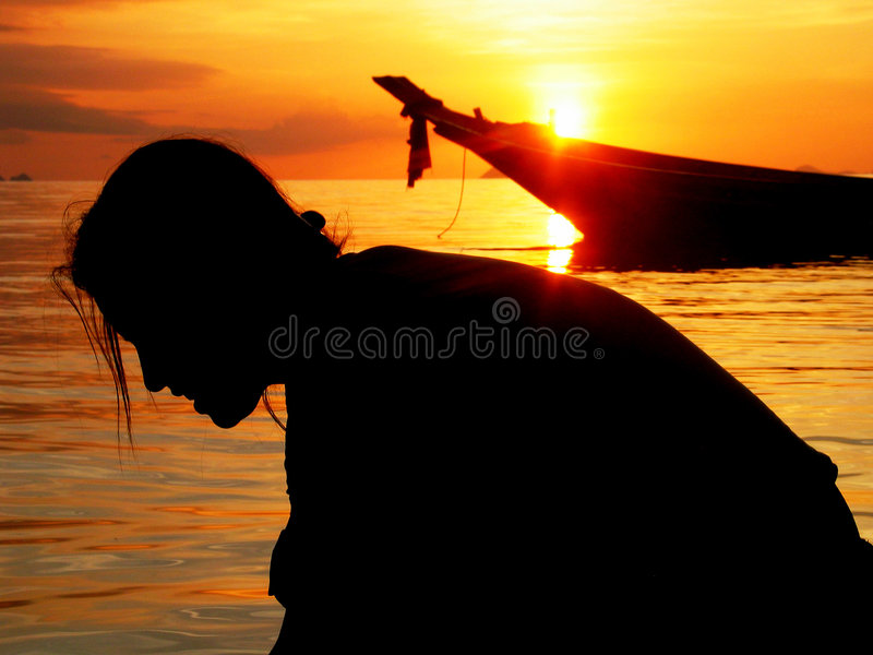 Silhoutte da menina sonhadora na praia tropical do por do sol   imagens de stock