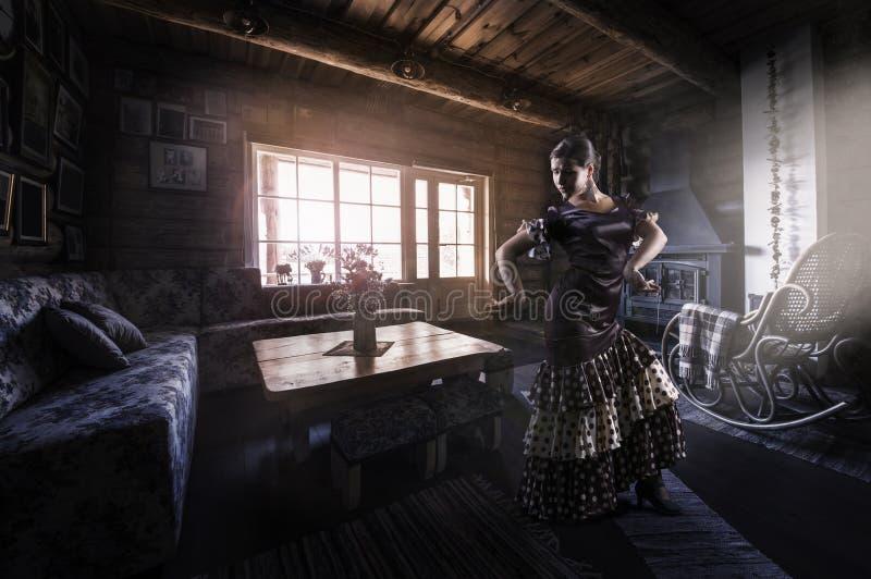 Silhoutte de danseur de flamenco à l'intérieur, intérieur rural images stock