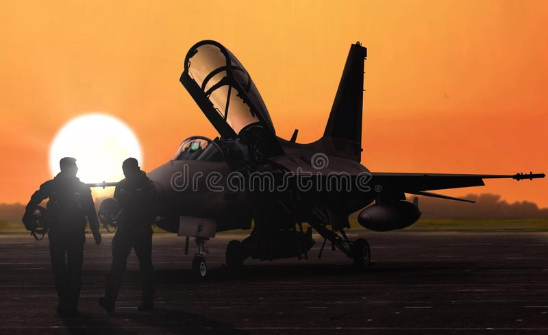 Silhoutte de los pilotos de caza a reacción en la puesta del sol en el campo de aviación bajo militar foto de archivo