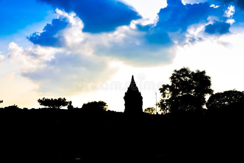 Silhoutte de ruinas del templo antiguo del palacio real por la tarde de la puesta del sol en Asia sudoriental fotografía de archivo libre de regalías
