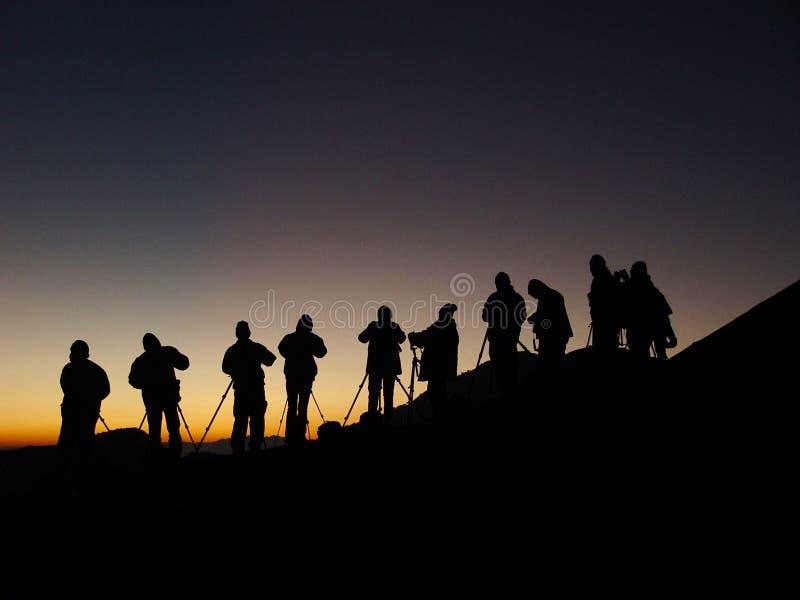 Silhoutte del grupo de fotógrafos que tiran salida del sol imágenes de archivo libres de regalías