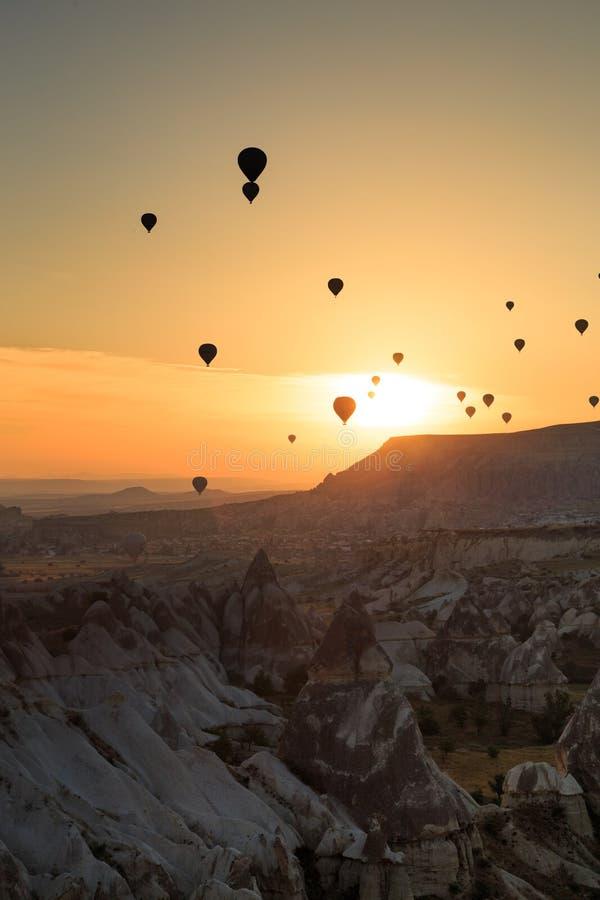 Silhoutte del pallone su alba mongolfiera famosa che sorvola valle Goreme, Cappadocia immagine stock libera da diritti