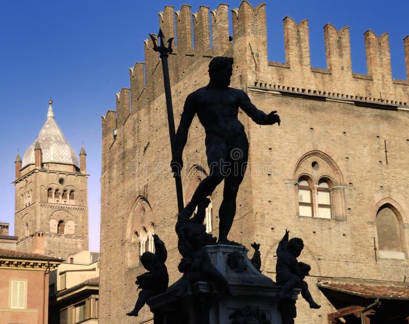 Silhoutte della statua di Nettuno, Bologna. fotografia stock libera da diritti