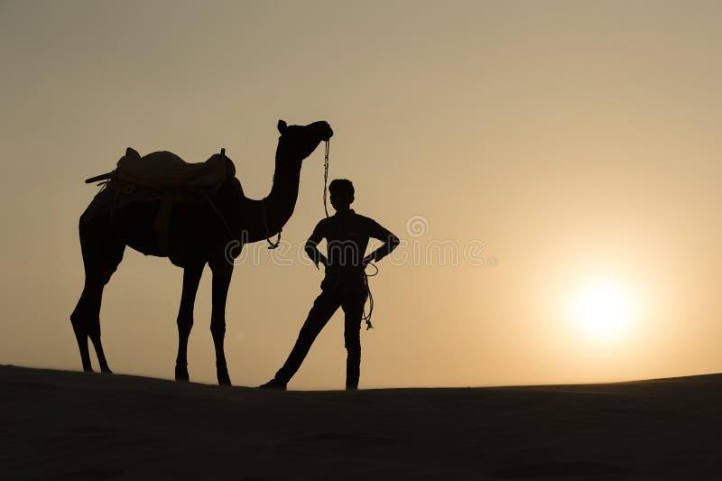Silhoutte der Kamel-Jungenüberfahrt in der Thar-Wüste stockfotografie