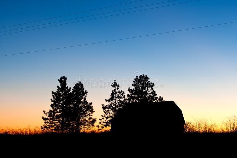 Silhoutte rural del granero y de árboles. imágenes de archivo libres de regalías