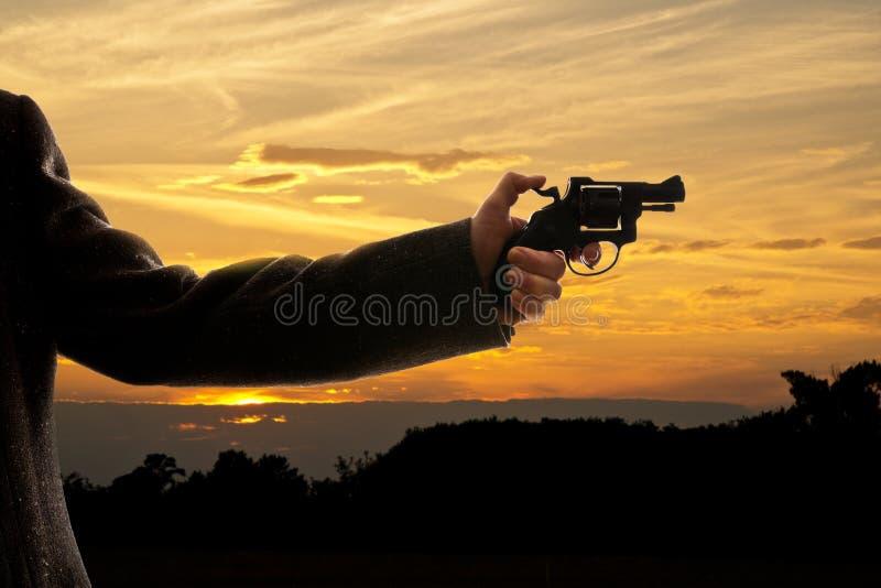 Silhoutte van een mens met een pistool stock afbeeldingen