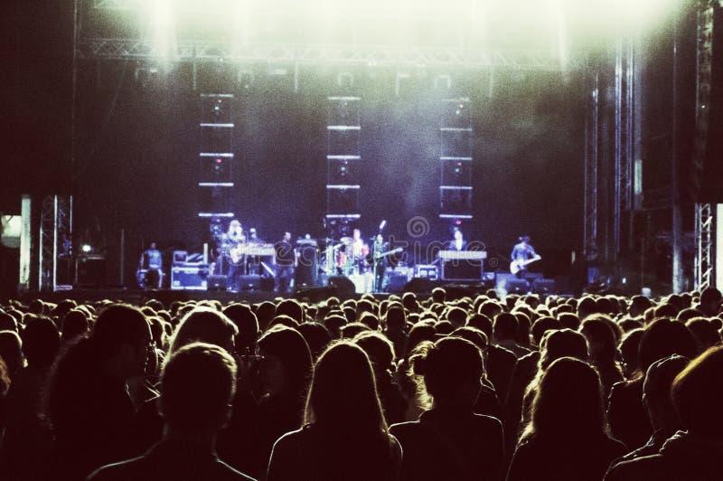 Silhouttes de la audiencia del concierto fotografía de archivo