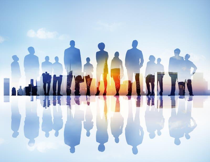Silhouttes von den Geschäftsleuten, die oben in einem Stadtbild schauen stockbild