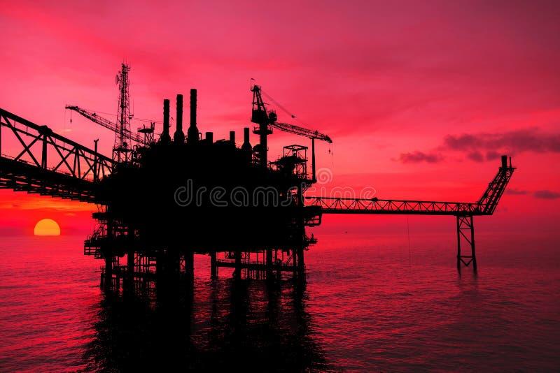 Silhueta, óleo a pouca distância do mar e plataforma do equipamento imagem de stock royalty free