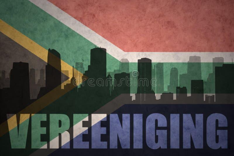 Silhueta abstrata da cidade com texto Vereeniging na bandeira de África do Sul do vintage fotos de stock