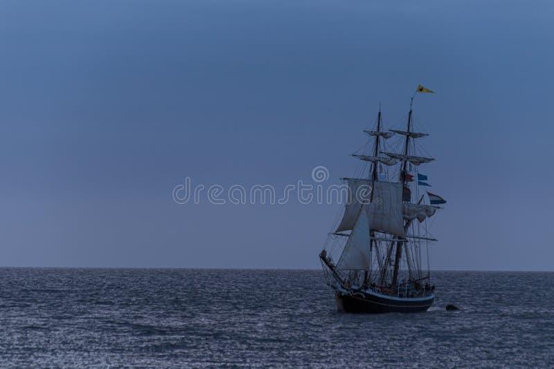Silhueta alta do navio na hora azul imagens de stock royalty free