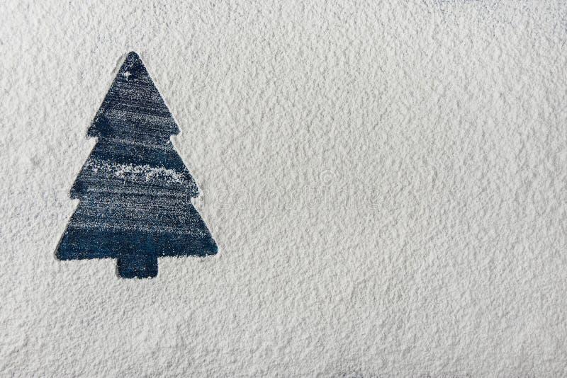 Silhueta azul da árvore de Natal no fundo de Snowy White Cartão do feriado do ano novo Molde do poster Espaço da cópia do cozimen fotografia de stock royalty free