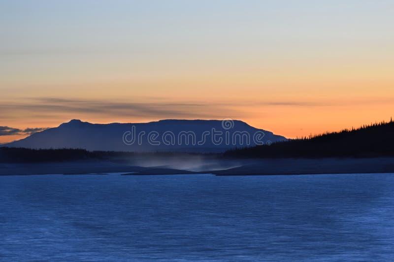 Silhueta azul da montanha fotos de stock royalty free