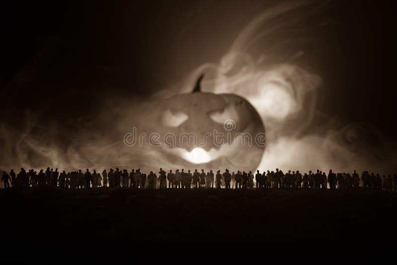 A silhueta borrada do monstro gigante prepara a multidão do ataque durante a noite Foco seletivo ilustração royalty free