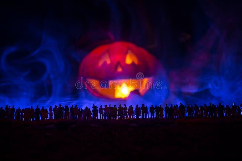A silhueta borrada do monstro gigante prepara a multidão do ataque durante a noite Foco seletivo ilustração stock