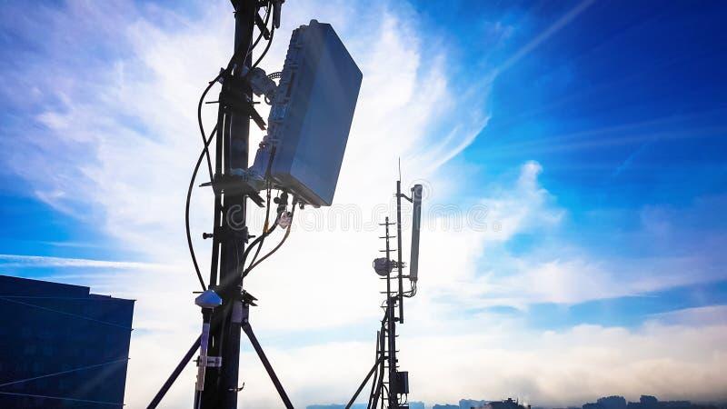 Silhueta da antena celular esperta da rede de telecomunicação 5G fotografia de stock royalty free