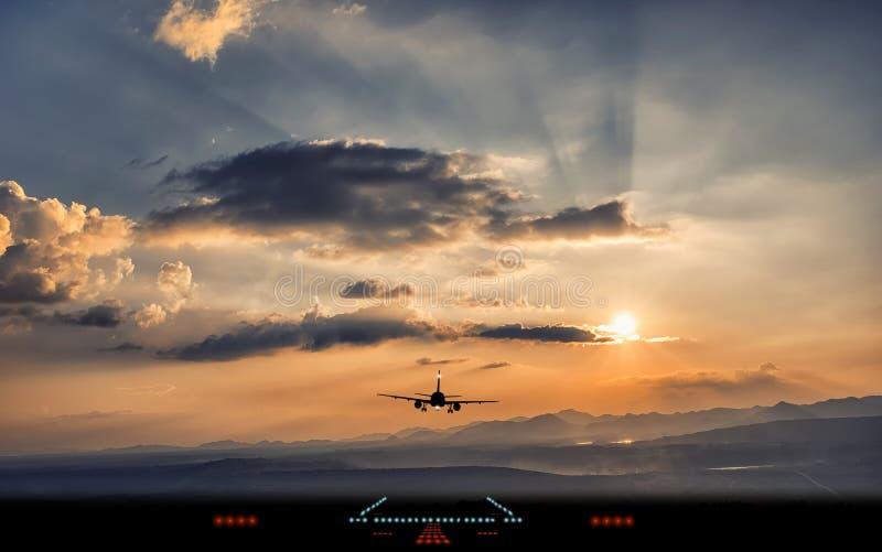 Silhueta da aterrissagem de avião à pista de decolagem do aeroporto foto de stock royalty free