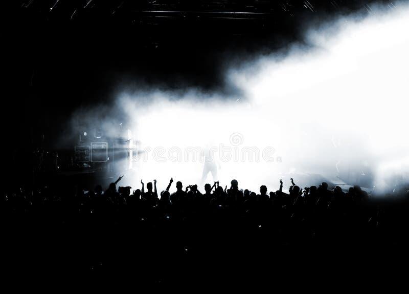 Silhueta da audiência do partido ou da multidão do concerto imagem de stock royalty free