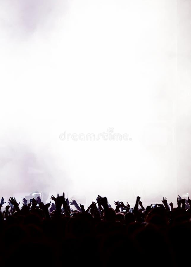 Silhueta da audiência do partido ou da multidão do concerto foto de stock