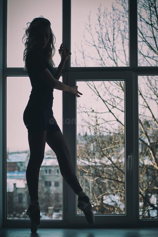 Silhueta da bailarina, bailarina em uma janela fotografia de stock royalty free