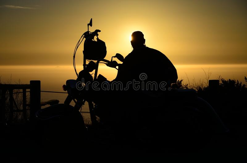 Silhueta da bicicleta e do cavaleiro imagens de stock royalty free
