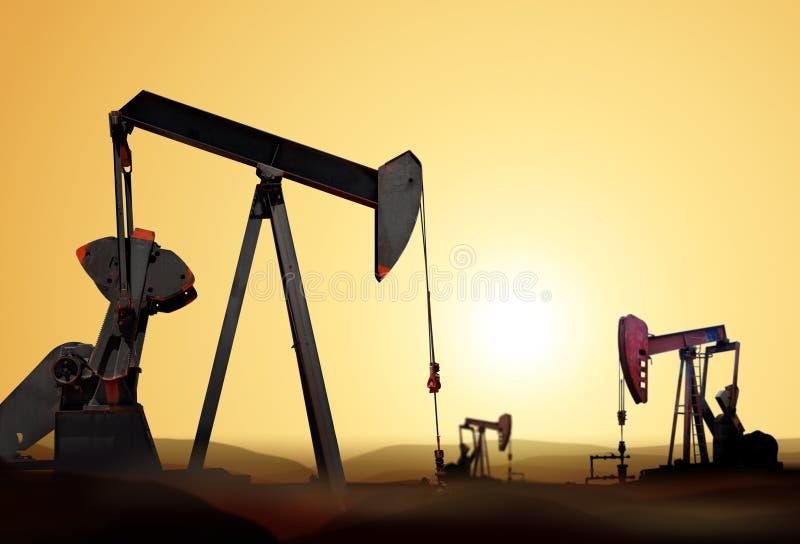 Silhueta da bomba de petróleo fotos de stock