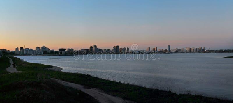 Silhueta da cidade de Kazan com uma vista do rio Kazanka contra o céu do por do sol imagens de stock royalty free