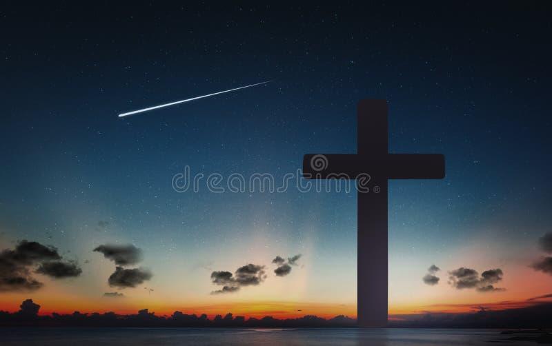 Silhueta da cruz do crucifixo no tempo do por do sol e do céu noturno com fundo da estrela de tiro imagens de stock