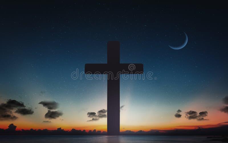 Silhueta da cruz do crucifixo no tempo do por do sol e do céu noturno com fundo da lua foto de stock