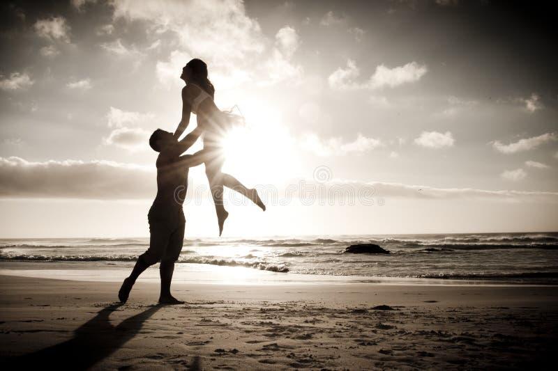 Silhueta da dança romântica dos pares na praia imagens de stock royalty free