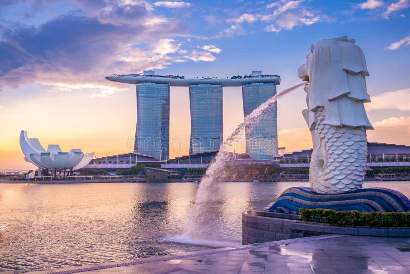 Silhueta da estátua de Merlion em singapore foto de stock