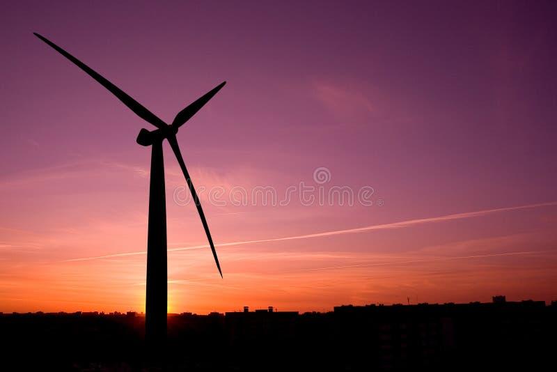 Silhueta da exploração agrícola de vento foto de stock royalty free