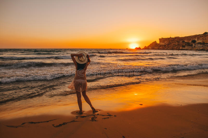 Silhueta da menina da praia do mar, por do sol fotografia de stock royalty free