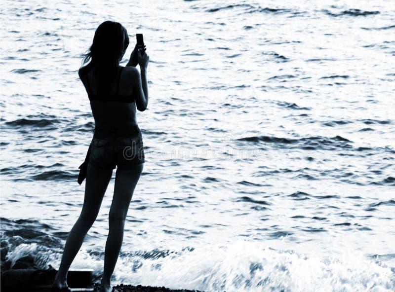 Silhueta da mulher com telemóvel fotografia de stock