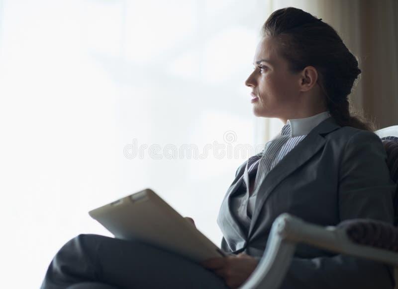 Silhueta da mulher de negócio com PC da tabuleta imagens de stock royalty free
