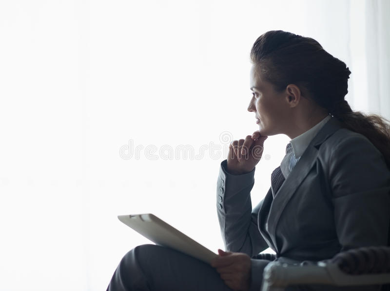 Silhueta da mulher de negócio com PC da tabuleta imagem de stock royalty free