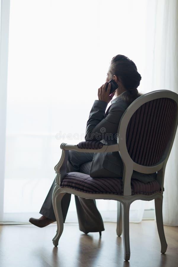 Silhueta da mulher de negócio que fala o telefone móvel foto de stock