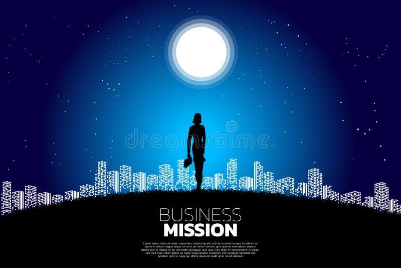 Silhueta da mulher de negócios com a pasta que está na lua e na estrela à luz da cidade ilustração stock