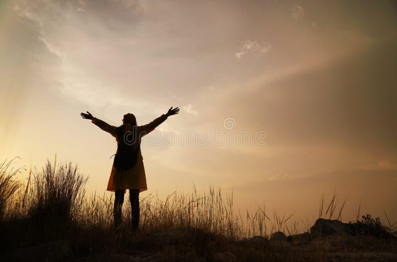 Silhueta da mulher feliz que aprecia a natureza, a apreciação da natureza e a liberdade imagens de stock