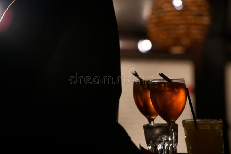 Silhueta da mulher que bebe o aperol da bebida alcoólica Atmosfera maravilhosa, apreciando a vida fotografia de stock royalty free