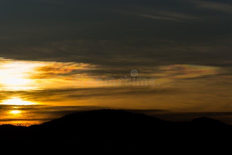Silhueta da natureza do nascer do sol e da montanha, imagem de stock royalty free