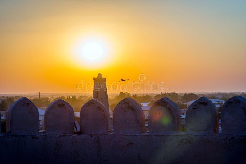Silhueta da parede velha da cidade no por do sol, Khiva fotos de stock royalty free