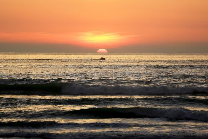 Silhueta da passagem do corredor do esqui do jato o por do sol bonito do mar fotografia de stock royalty free