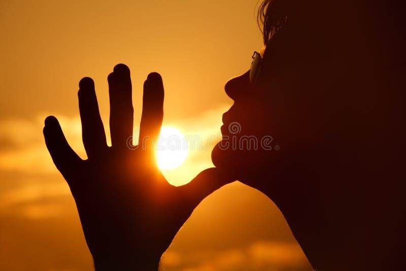 Silhueta da pessoa no perfil de encontro ao céu foto de stock