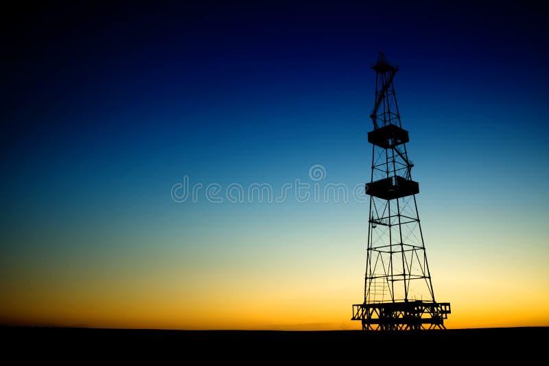 Silhueta da plataforma petrolífera sobre o céu azul foto de stock royalty free