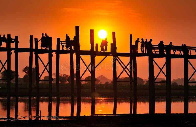 A silhueta da ponte do bein de U é a ponte de madeira e a tau as mais longas imagem de stock royalty free