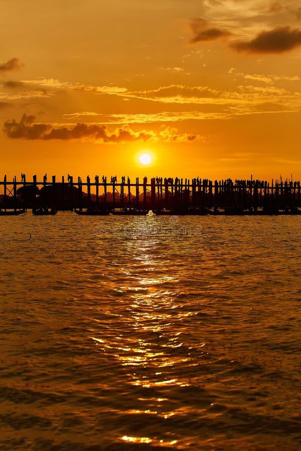 Silhueta da ponte do bein de U no por do sol Amarapura, Mandalay foto de stock royalty free