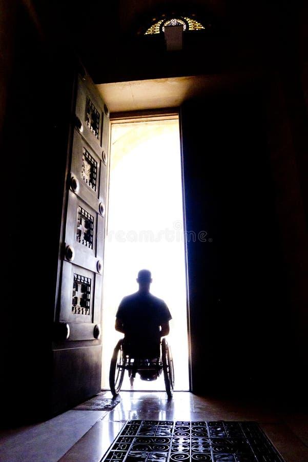 Silhueta da porta da cadeira de rodas imagem de stock